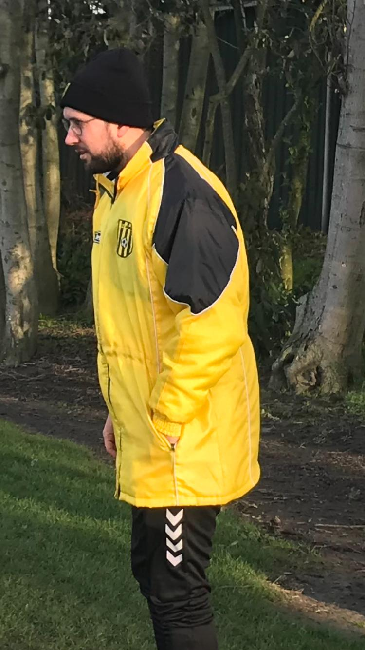 Wie is deze trainer in zijn VV Kruiningen jas?