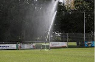 Het hoofdveld van voetbalvereniging Kruiningen wordt besproeid