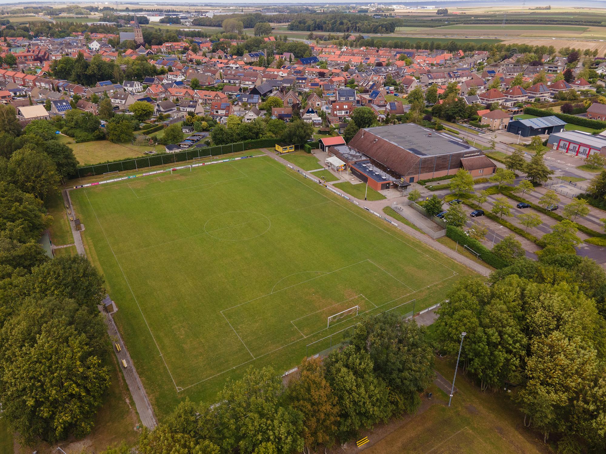 Een dronefoto van het hoofdveld van voetbalvereniging Kruiningen