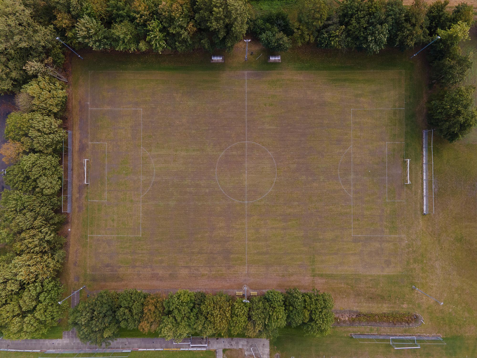 Een dronefoto van het trainingsveld van voetbal vereniging Kruiningen