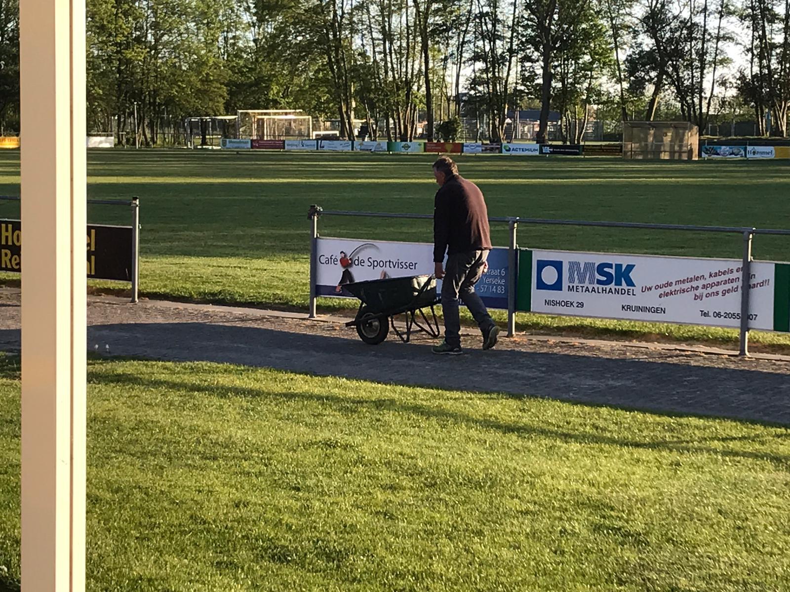 Een vrijwilliger in actie bij voetbal vereniging Kruiningen